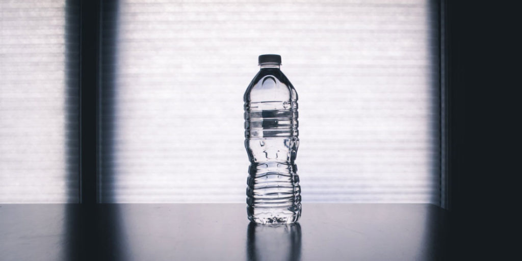 Lleva botellas de agua en tu vehículo para tomar más agua