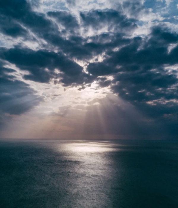 El sonido de trompetas pareciera provenir del cielo, dando una señal divina