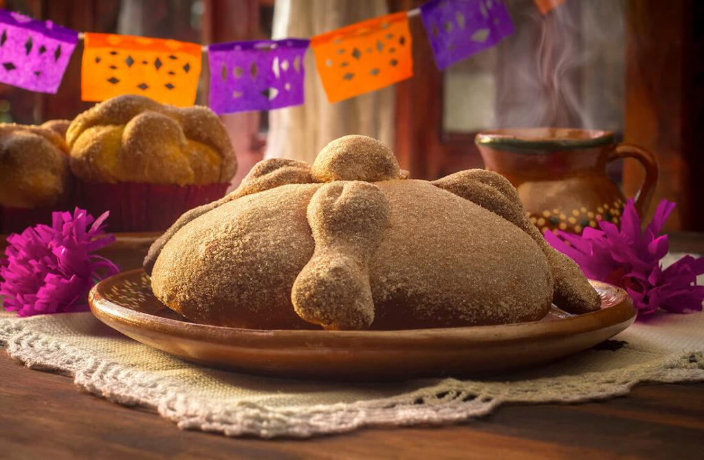 Descubre cómo preparar pan de muerto con esta receta fácil de hacer. El pan de muerto es un postre mexicano, típico del Día de Muertos.