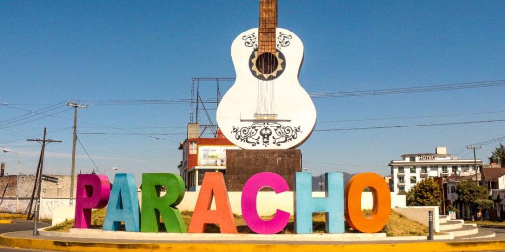 """En Michoacán puedes encontrar este lugar conocido en el mundo por elaborar guitarras y juguetes a base de madera. De hecho, ahí te va un dato curioso: Paracho fue usado de inspiración para hacer la guitarra de la película """"Coco"""", de Disney. La lista de los nuevos pueblos mágicos de México se ha actualizado con estos destinos turísticos. Guía Turística 2021 de México."""